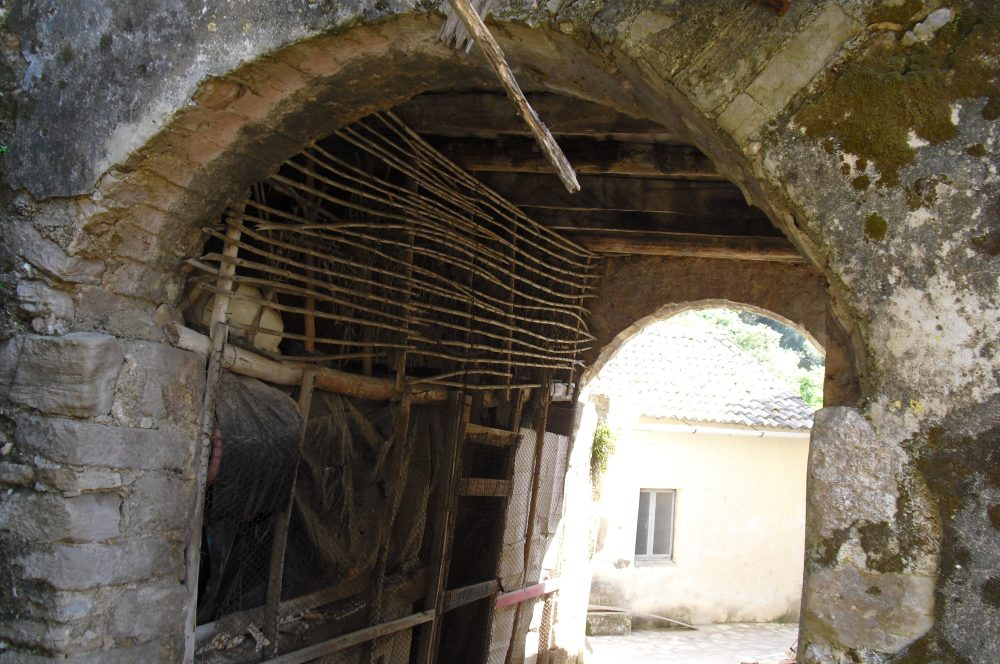 rr149-archway-under-lhs-property-roula-rouva-corfu-real-estate